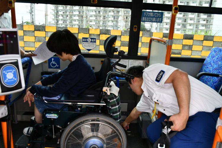 車椅子学生の乗車体験の様子
