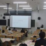 講座写真。学生による全体説明の様子